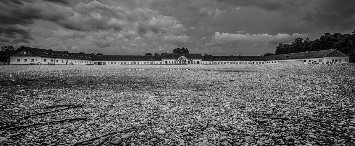 Wirtschaftsgebäude im KZ Dachau und Appellplatz