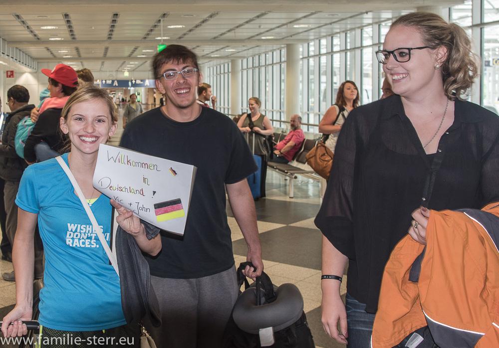 Vicky und John werden von Katharina am Flughafen München in Empfang genommen