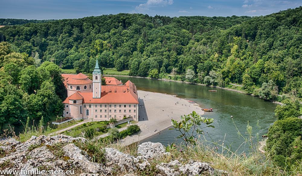 Blick auf das Kloster Weltenburg  vom Felsen am gegenüberliegenden Donauufer aus