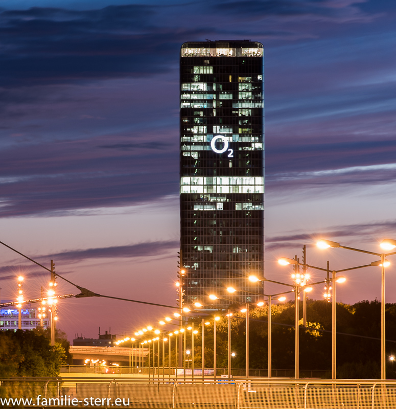 """Das O2 - Hochhaus """"Uptown"""" München bei Sonnenuntergang"""