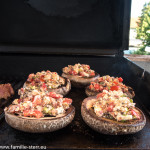 Mit Feta und Tomaten gefüllte Portobello - Pilze