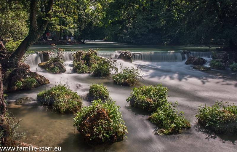 Wasserstufe am Eisbach im Englischen Garten in München