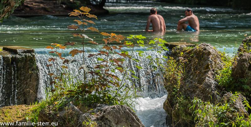 2 Badende im Eisbach vor der Wasserstufe (Englischer Garten München)