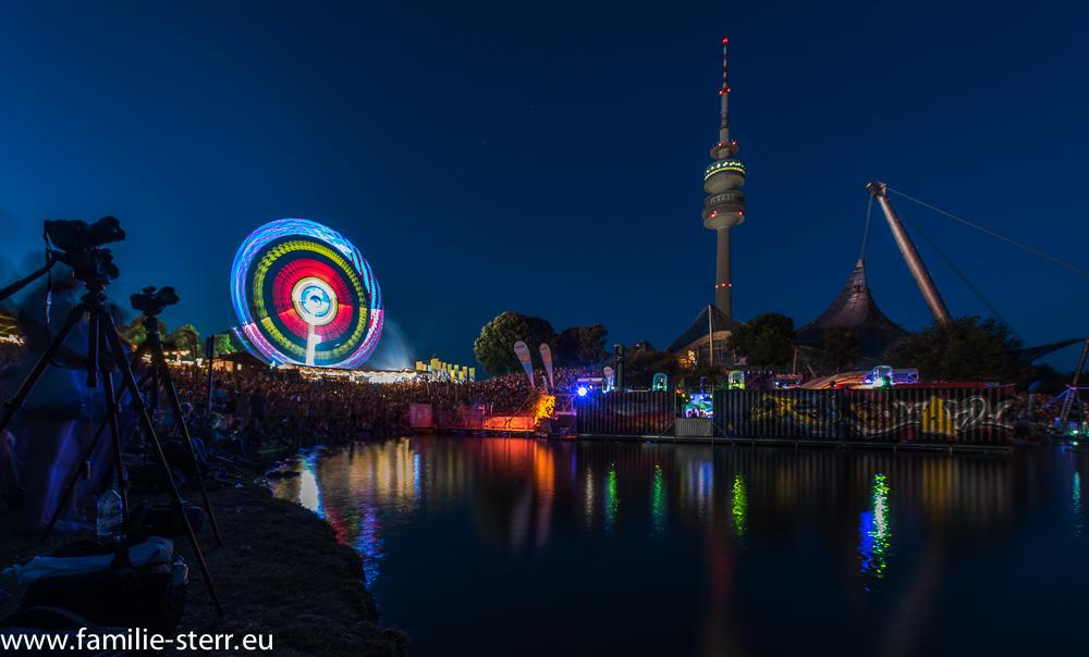 imPark Sommerfest und der Olympiaturm , aufgenommen zur blauen Stunde