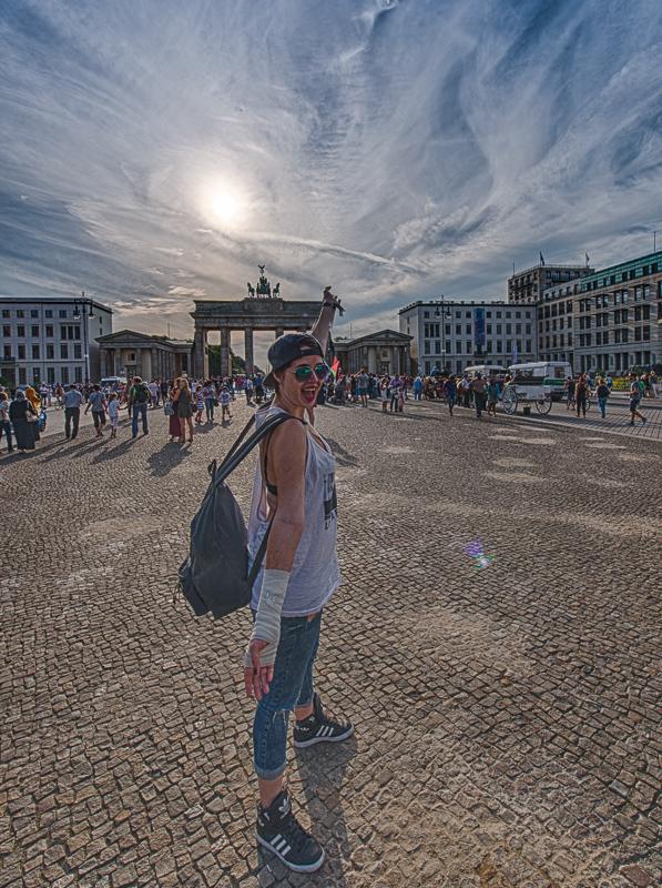 Melanie vor dem Brandenburger Tor in Berlin