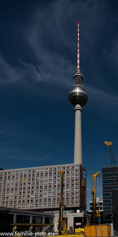 """Lichtkreuz am Fernsehturm in Berlin - die """"Rache des Papstes"""""""