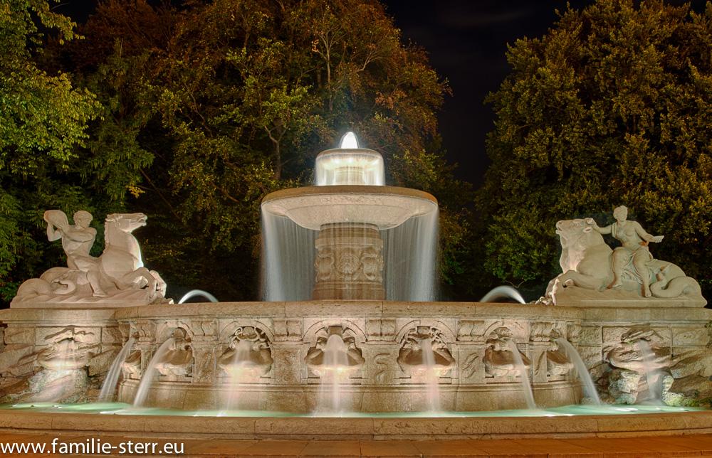 Wittelsbacherbrunnen in München bei Nacht