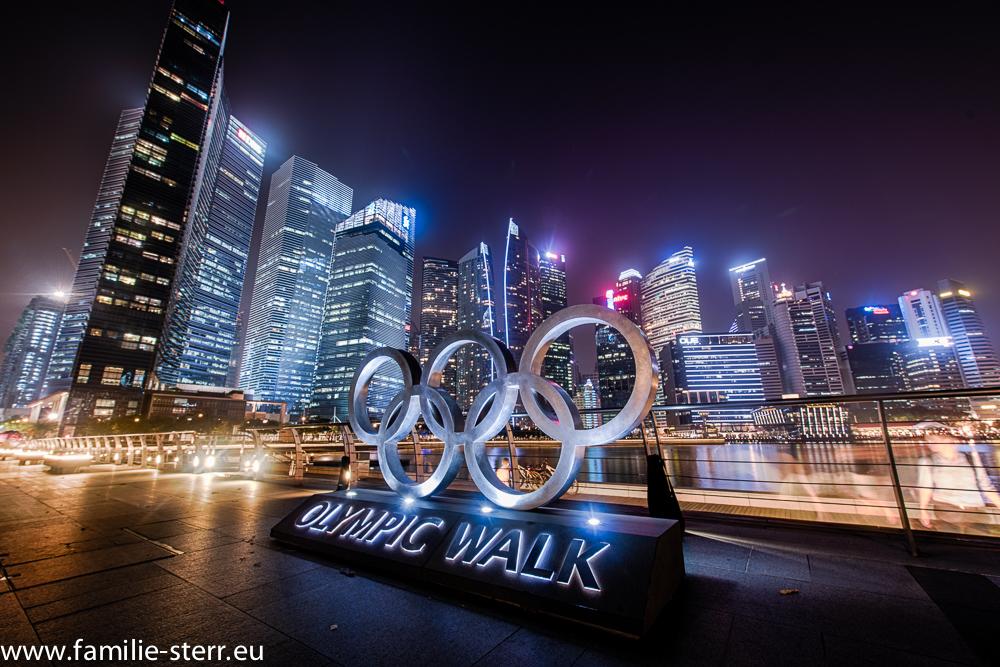 Blick auf die nächtliche Downtown von Singapur von der Marina Bay aus