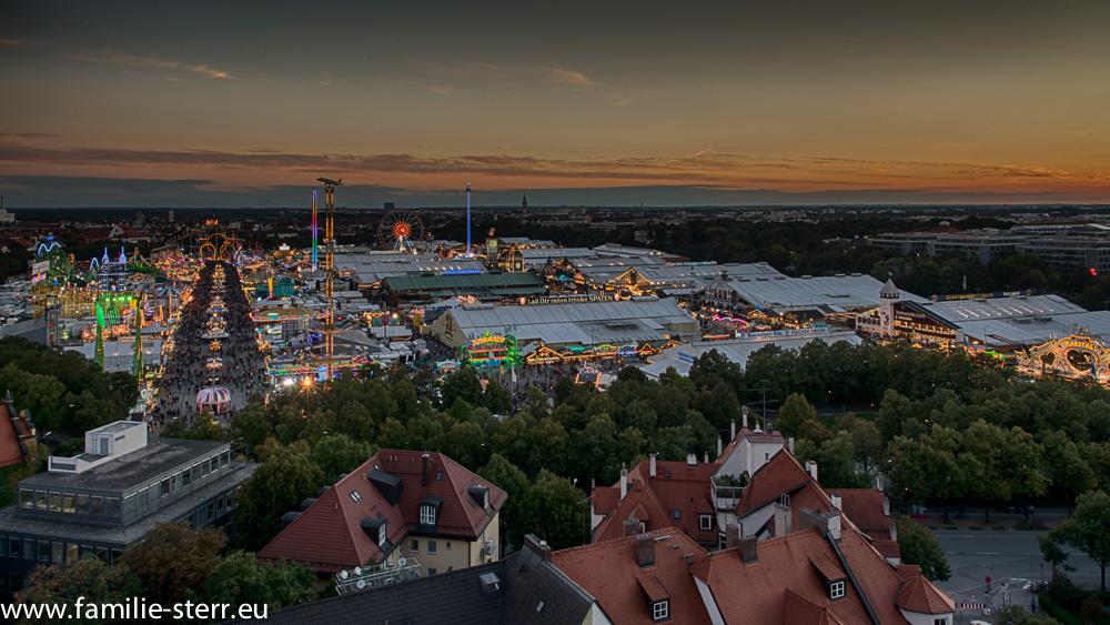Oktoberfest bei Sonnenuntergang - Blick von der Paulskirche