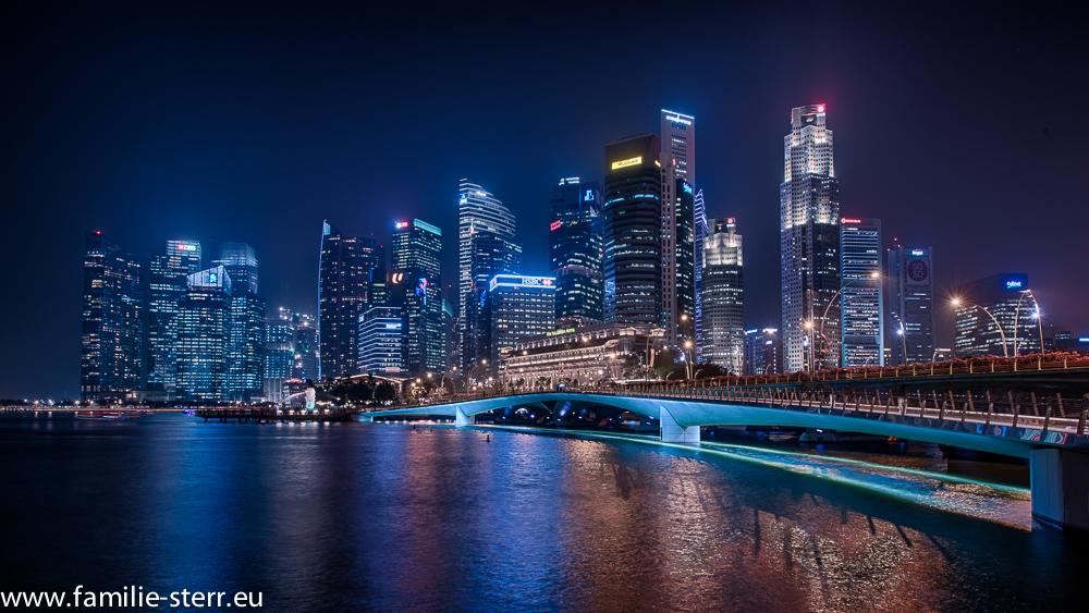 Blick auf Downtown Singapur von Esplanade aus