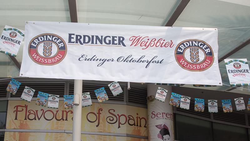 """Schild """"Erdiger Oktoberfest"""" in Singapur"""