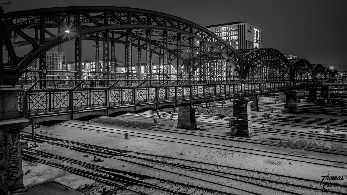 Hackerbrücke in München mit Blickrichtung PWC (schwarz/weiß)