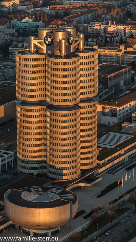 BMW - Hochaus bei Sonnenuntergang vom Olympiaturm aus