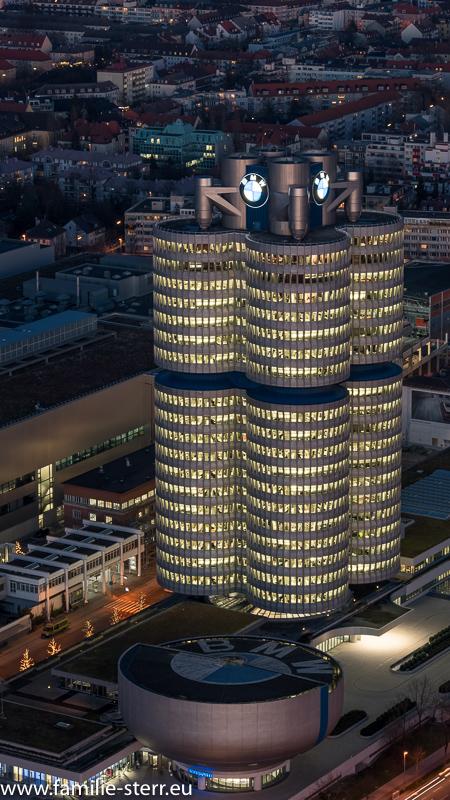 BMW - Hochhaus bei Nacht und aufziehendem Nebel vom Olympiaturm aus