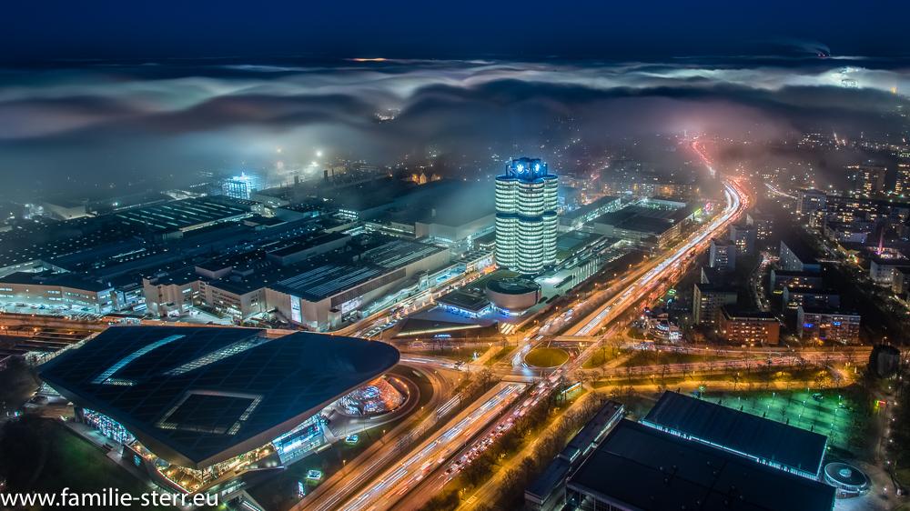 nächtliches München und BMW Hochhaus im Nebel