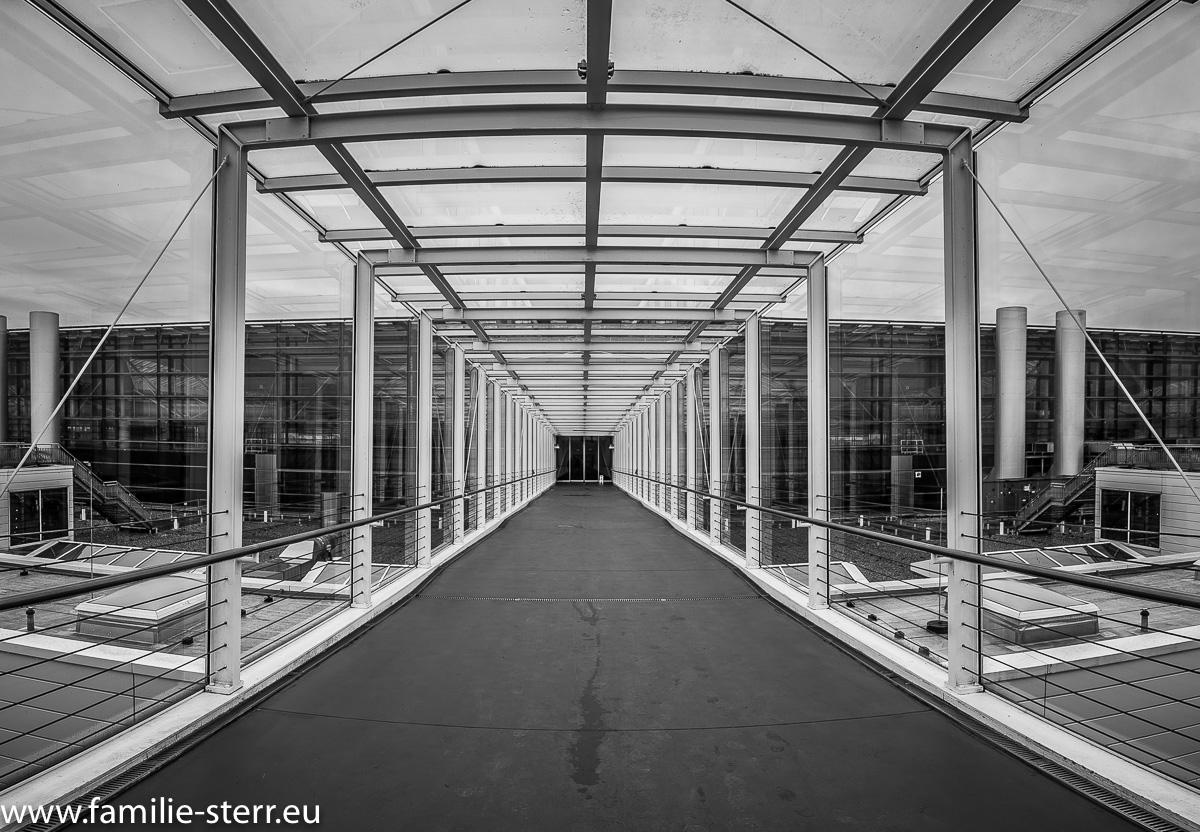 Skyway von der Aussichtsterrasse zurück zum Terminal 2