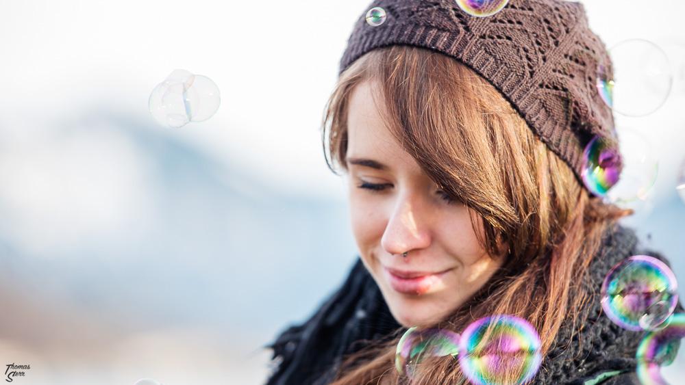 Melanie umrahmt von Seifenblasen