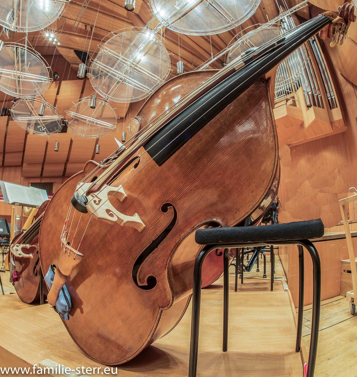 Ein Bass der Münchner Philharmoniker auf der Bühne der Philharmonie
