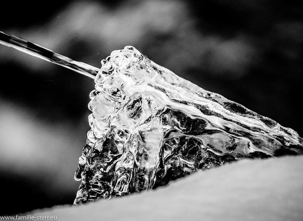 Wasserstrahl im Eisblock