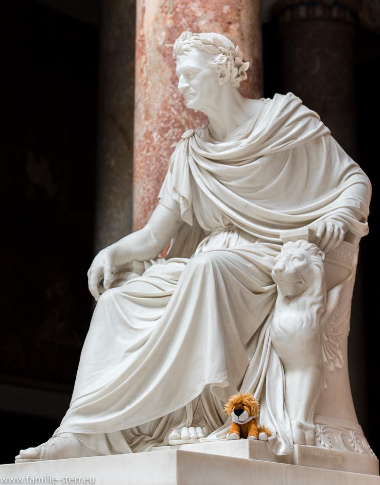 Leopold bei der Statue von König Ludwig I von Bayern