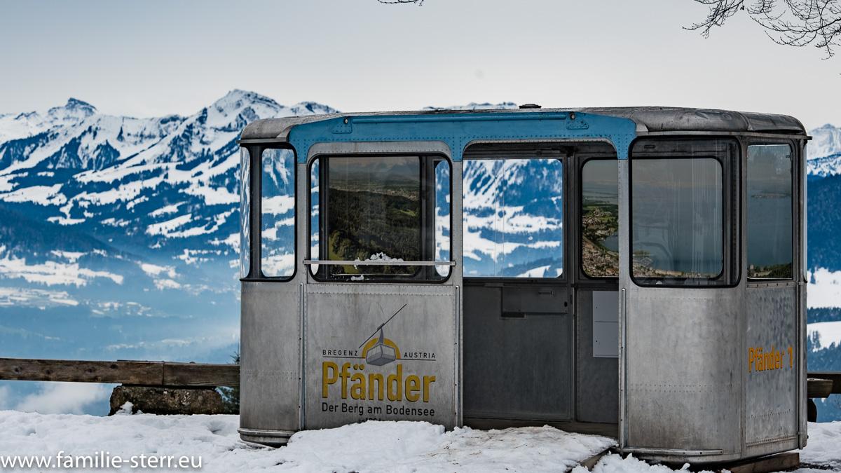 eine ausgediente, alte Gondel in der Nähe der Bergstation auf dem Pfänder bei Bregenz