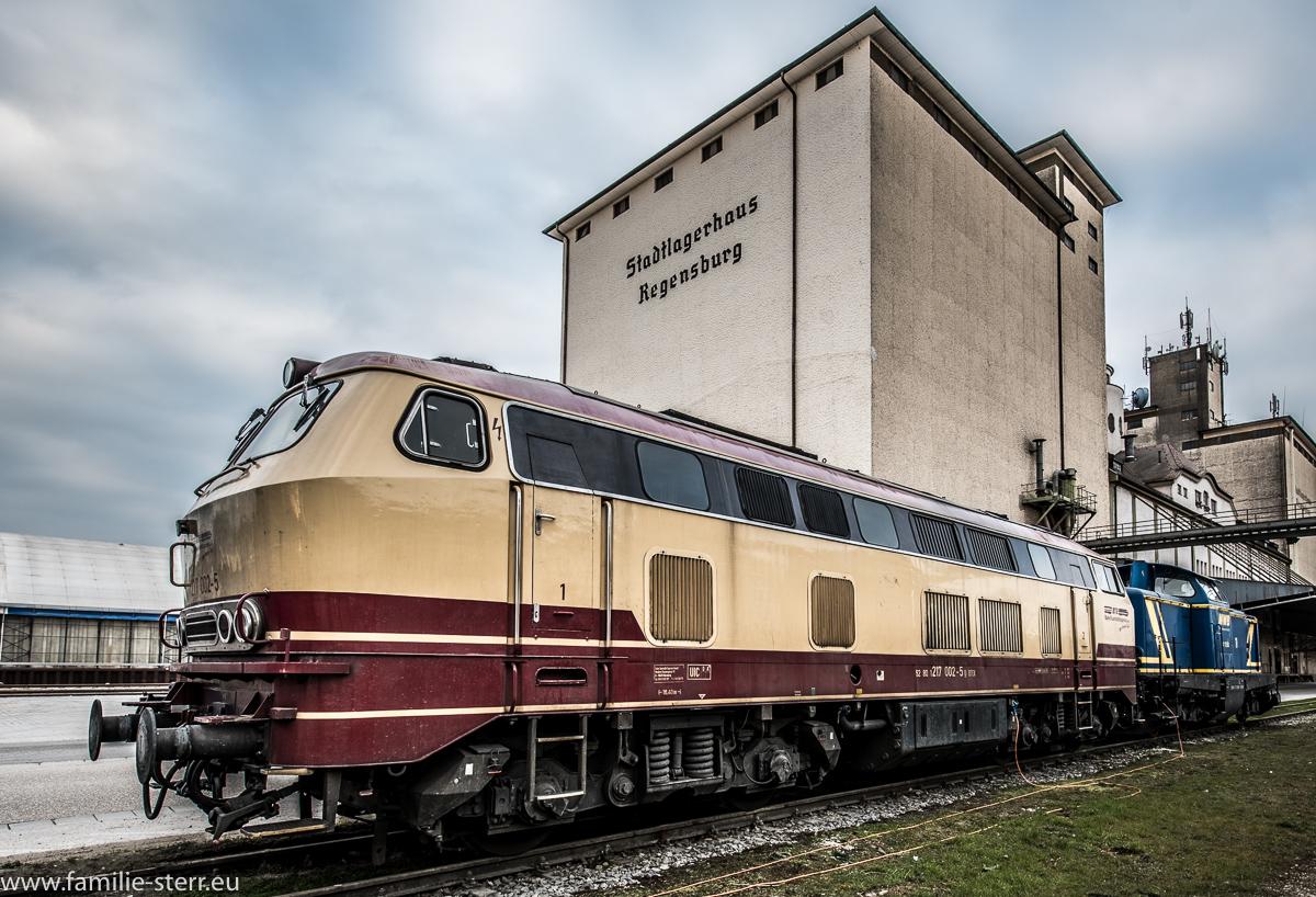 Lokomotive 217-002 vor dem Stadtlagerhaus Regensburg im Westhafen