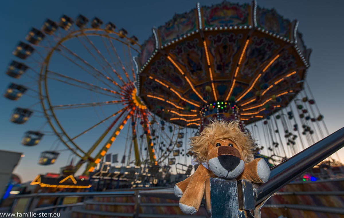 Leopold vor dem Kettenkarussell und dem Riesenrad auf dem Frühlingsfest in München