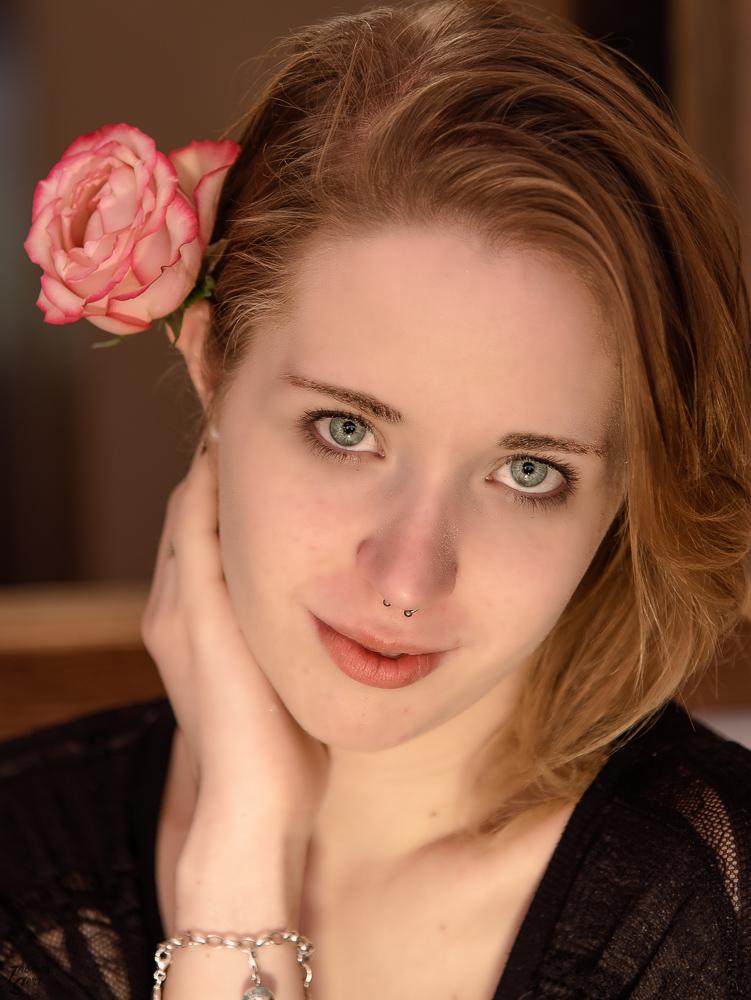 Porträt von Melanie mit einer Rose im Haar
