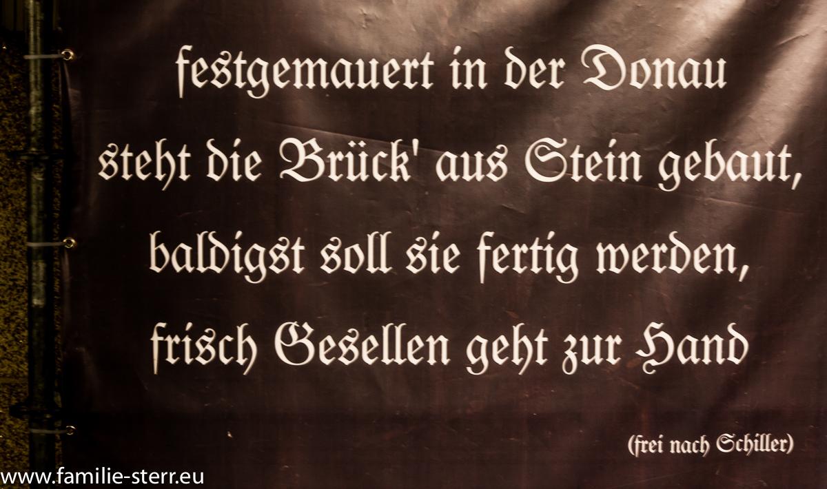 Schild mit einem Gedicht zur Renovierung der Steinernen Brücke in Regensburg