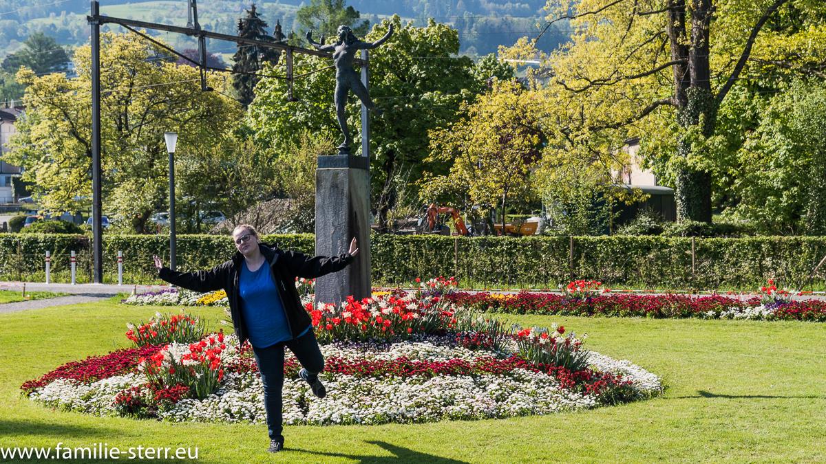 Katharina vor einer Statue im Hafen von Rohrschach