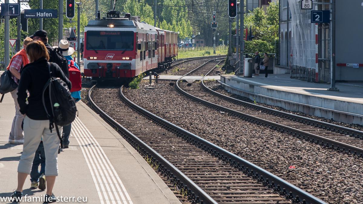 Zug von Rohrschach nach Heiden / Einfahrt im Bahnhof Hafen Rohrschach