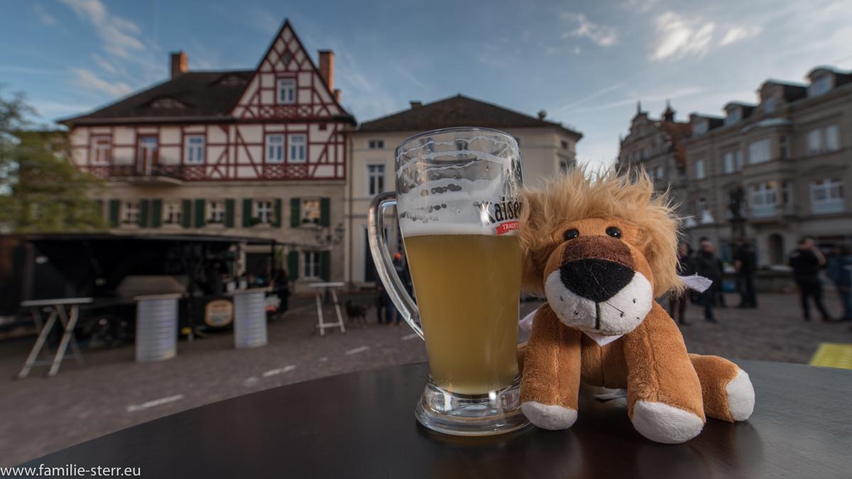 Kronach Leuchtet 2016 - Leopold am Marktplatz am Eröffnungstag mit einem Weissbier