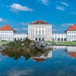 Blick vom Schlosspark auf das Schloss Nymphenburg