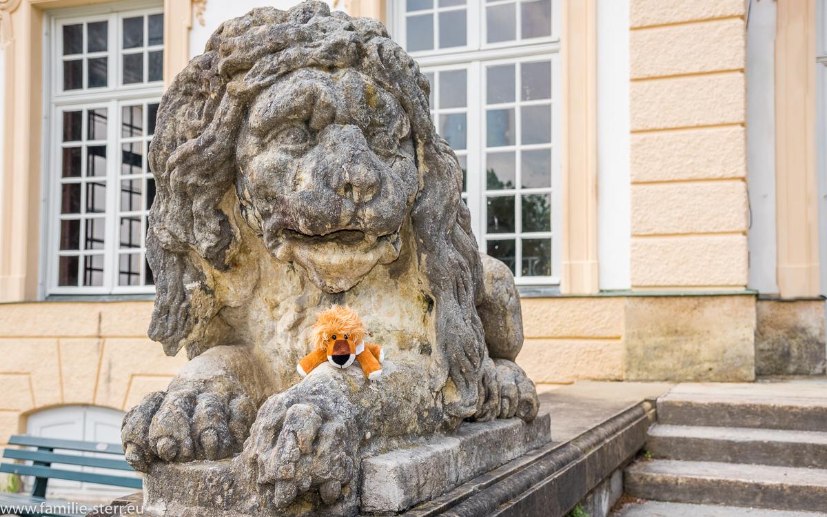 Leopold bei einem großen Löwen an der Bodenburg / Schloss Nymphenburg