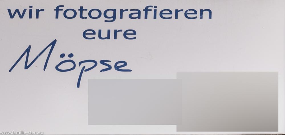 """Schild: """"Wir fotografieren Eure Möpse"""""""