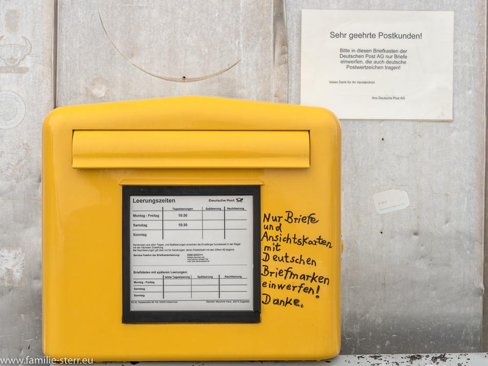 Hinweisschild der Post an einem Briefkasten auf der Zugspitze