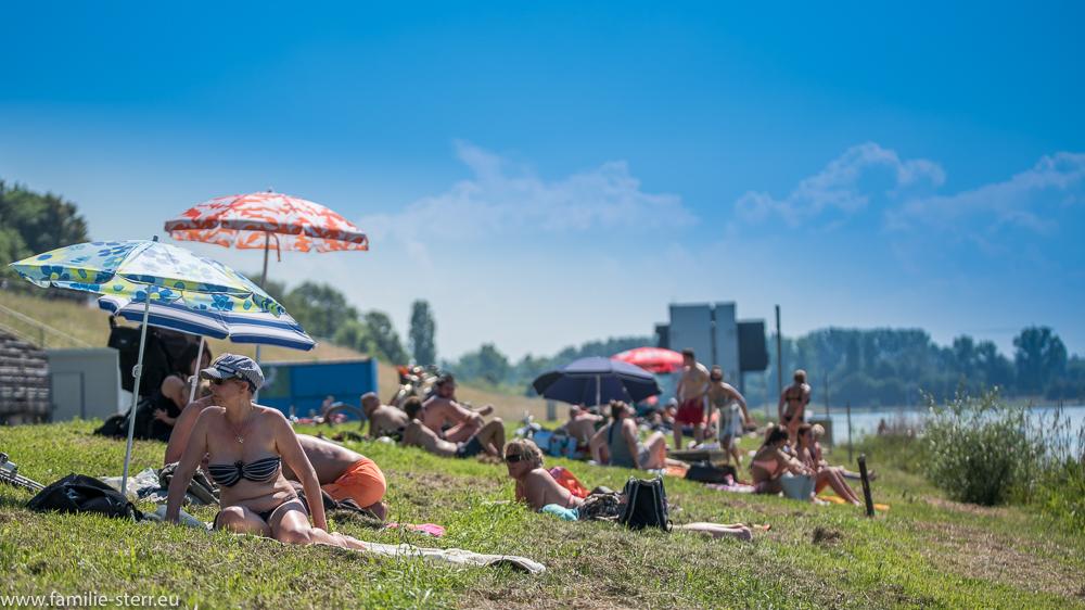 Badegäste an der Regattastrecke Oberschleißheim