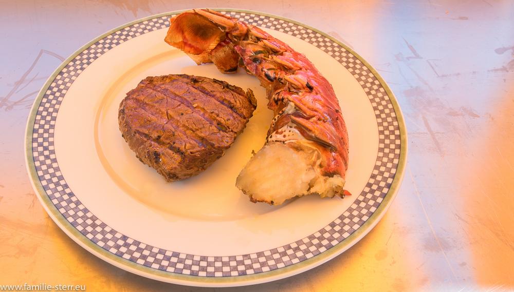 Languste und Filetsteak auf dem Teller