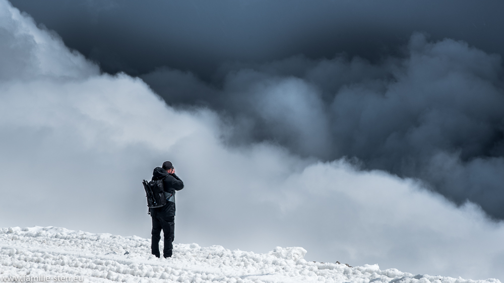 Michael am Zugspitzblack blickt in den Nebel Richtung Reintal