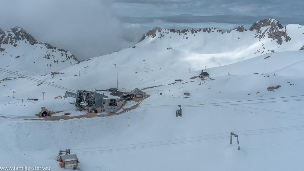 Blick vom Schneefernerhaus zu Sonn Alpin und auf die Wetterspitzen