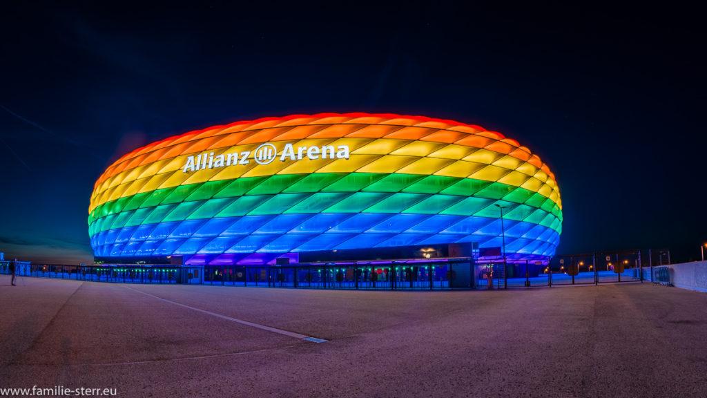 Allianz Arena München in Regenbogenfarben beleuchtet