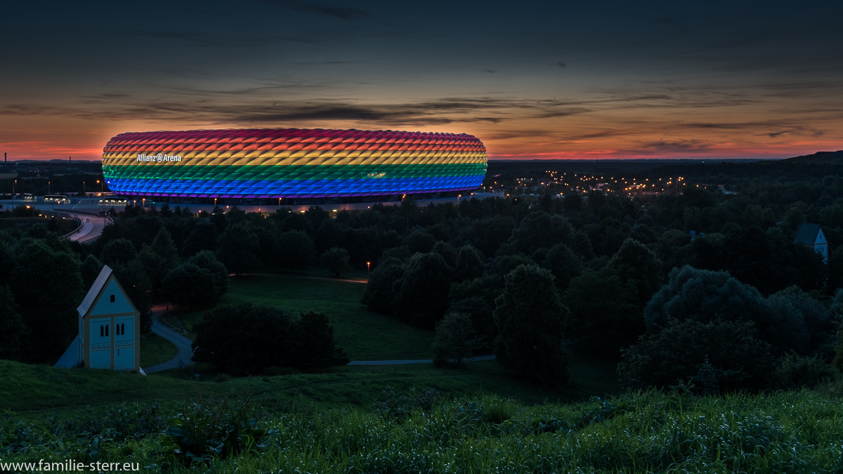 Allianz Arena am Christopher Street Day in Regenbogenfraben / aufgenommen vom Fröttmaninger Berg