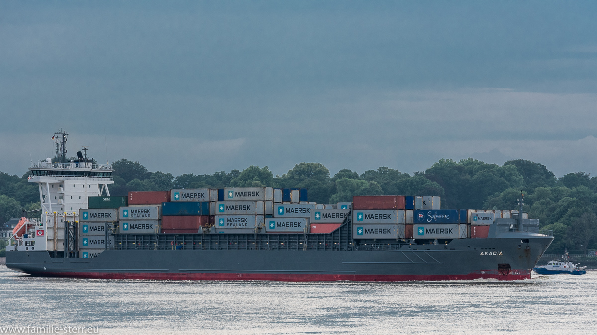 Containerschiff Akacia im Hafen Hamburg