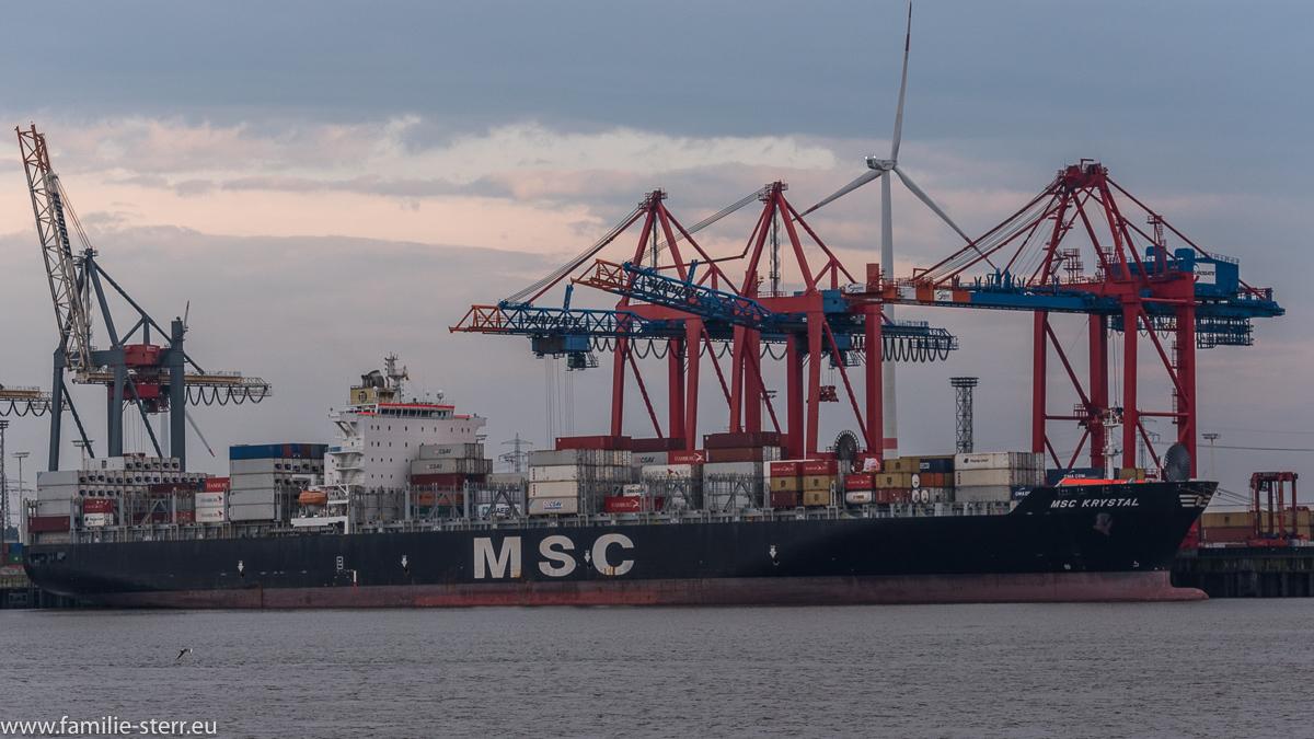 Containerschiff MSC Krystal im Hafen Hamburg