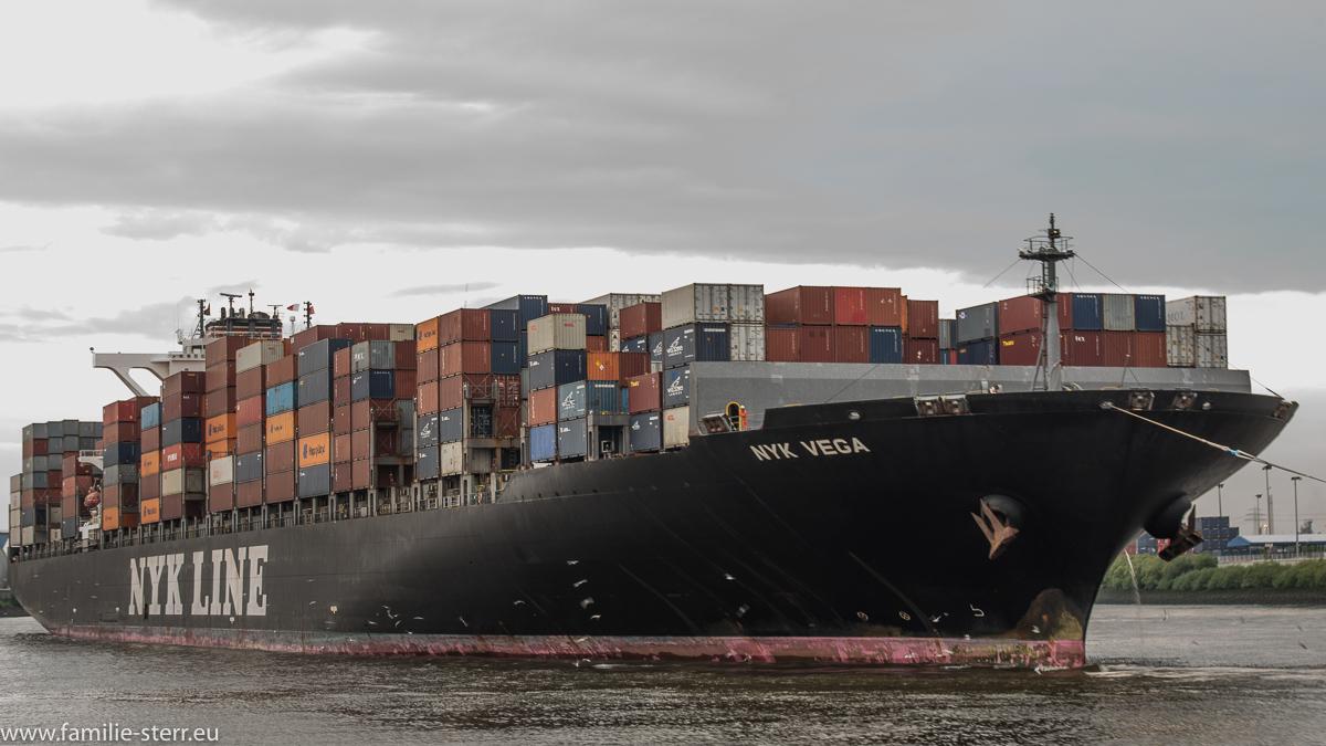 Containerschiff NYK Vega im Hafen Hamburg