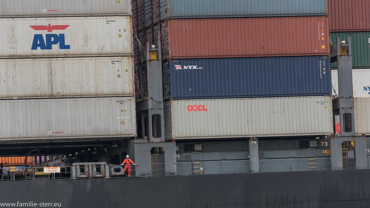 Matrose auf einem Containerschiff