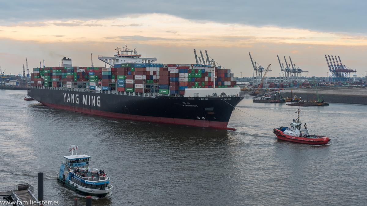 Containerschiff YM Wondrous im Hamburger Hafen