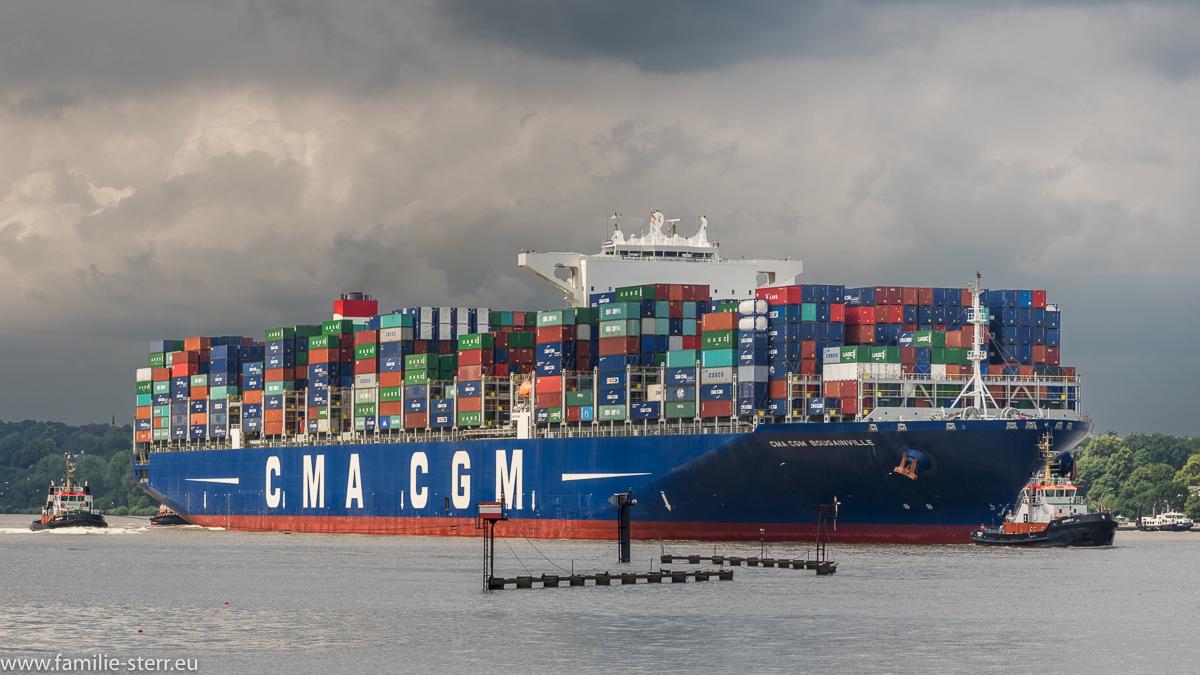 Containerschiff CMA CGM Bougainville beim Einlaufen in den Hafen Hamburg
