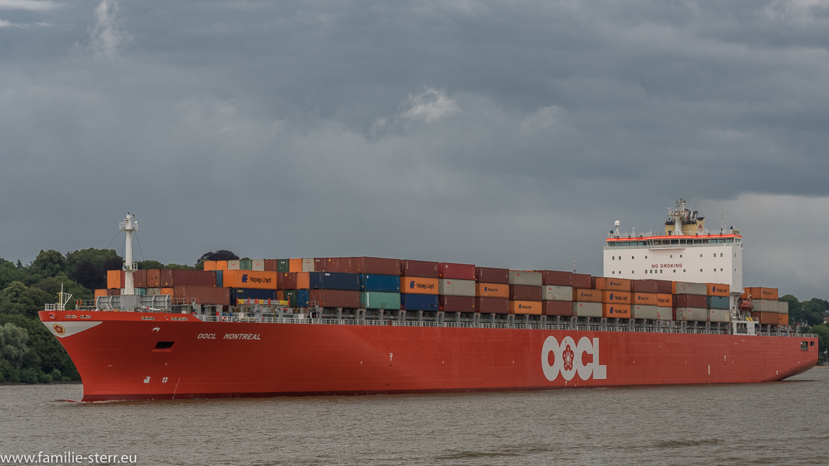 Containerschiff OOCL Montreal im Hafen Hamburg
