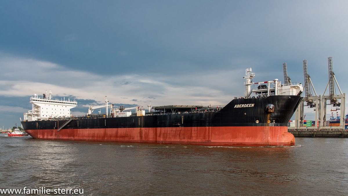Das Tankschiff Aberdeen beim Auslaufen aus dem Hamburger Hafen